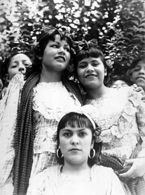 Muchachas con traje folclórico, retrato