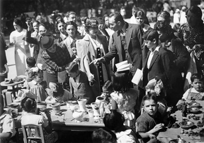 Hombres, mujeres de clase alta en un desayuno infantil, retrato