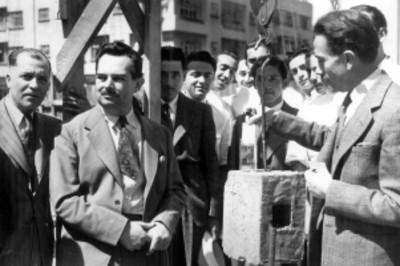 Gustavo Baz en la colocación de la primera piedra de un edificio