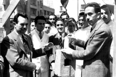 Guztavo Baz Prada, funcionarios públicos y personal médico, durante colocación de la primera piedra de algún hospital, retrato