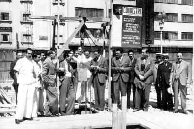 Gustavo Baz Prada y funcionarios públicos colocando la primera piedra de algún hospital
