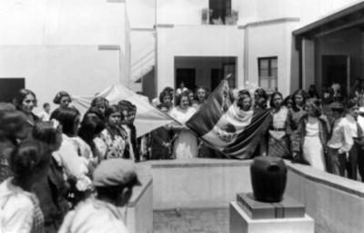 Escuela para mujeres El Sarmiento, durante un homenaje a la bandera