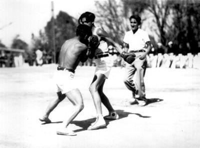Adolescente practicando el boxeo