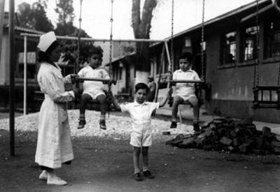 Niños en los columpios, retrato