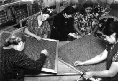 Mujeres bordando en el taller de bordados