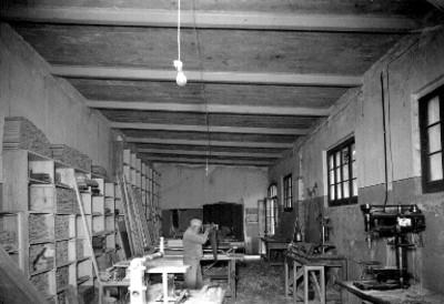Hombres trabajando en taller de carpintería