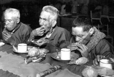 Ancianos en un asilo en su cena de Navidad