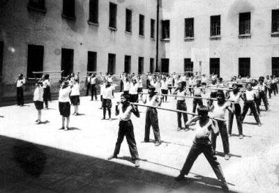 Niños en clase de educación física