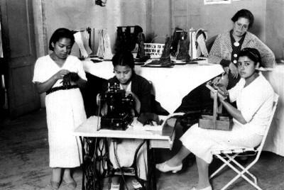 Tres señoritas tomando clase de costura, retrato