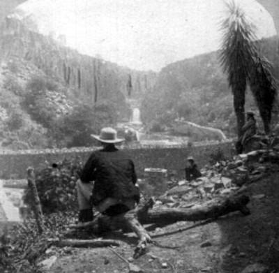 Hombres sentados cerca de un río