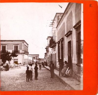 Calle del calvario a la estación con gente