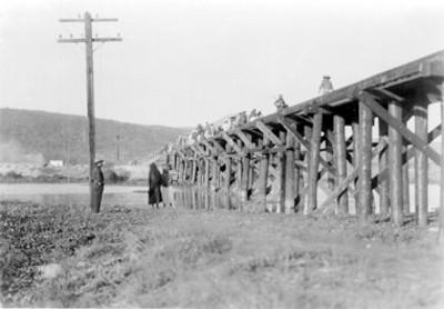 Gente en un puente sobre un río