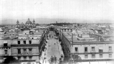 Calle 5 de mayo al fondo el Teatro Nacional