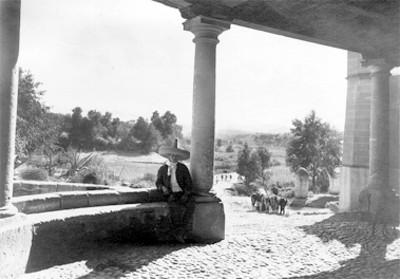 Campesino en el portal de una hacienda
