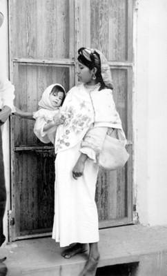 Mujer huasteca con niña en brazos