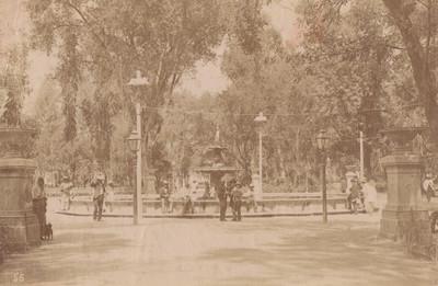 Hombres y niños junto a una fuente en la alameda