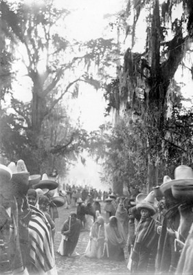 Mujeres de rodillas con velas, ritual en Sacromonte