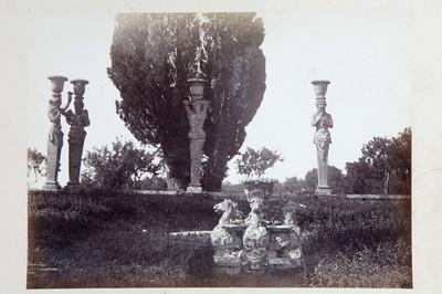Vista de fuente y esculturas humanas en forma de columnas