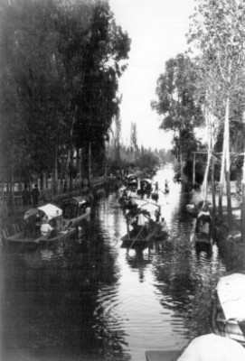 Canal con transito de trajineras, panorámicas