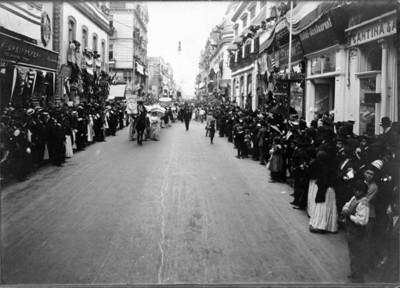 Hombre al frente de desfile porta estandarte