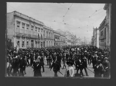 Militares desfilan por la calle. Sostienen rifles al hombro