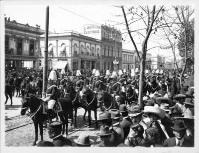 Desfile militar a su paso por la Avenida Juárez