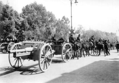 Artilleros del ejército mexicano durante el desfile militar del Centenario de la Independencia