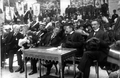 Funcionarios en la ceremonia de inauguración del hemiciclo a Juárez