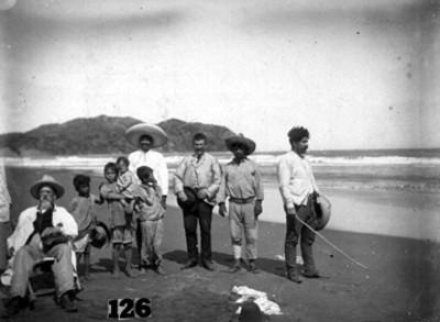 Francisco Madero padre, sentado en una playa con acompañantes, retrato de grupo
