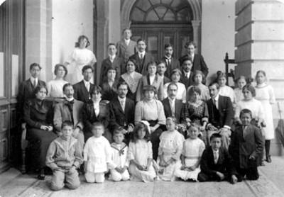 Familia reunida en el pórtico de una casa, retrato de grupo