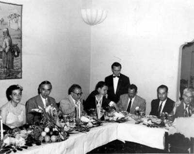 Hombres y una mujer conviven en el restaurante Morocco