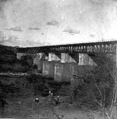 """Hombres bajo el """"Puente de la Soledad"""""""