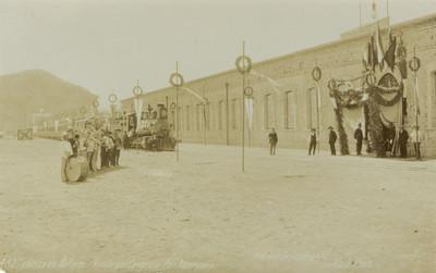 Hombres y Militares en ceremonia civica