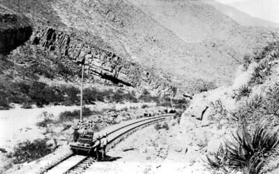 Hombres frente a un vagón de tren, en el cañon de Saltillo