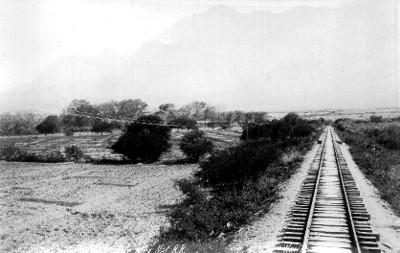Tendido de vías del tren en el sitio llamado rio caliente