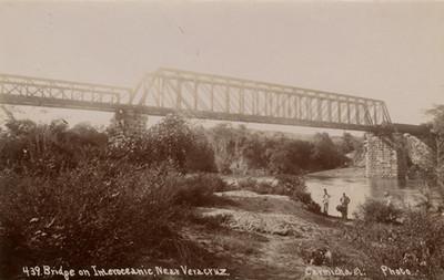Hombres bajo puente ferroviario en construcción