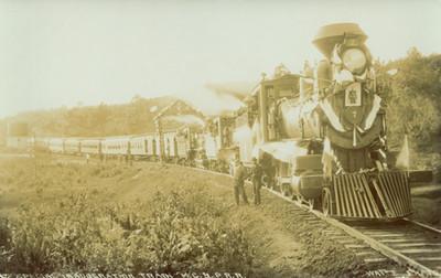Grupo de hombres en la Inauguran un ferrocarril