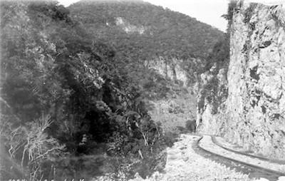 Vista de las vías del ferrocarril en una barranca
