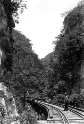 Hombre sobre vías férreas