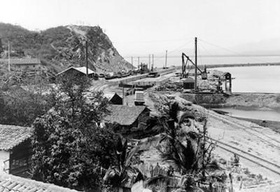 Estación de ferrocarril a un costado del mar