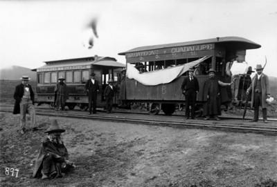 """Hombres junto a vagones de la línea del ferrocarril """"Zacatecas y Guadalupe"""""""