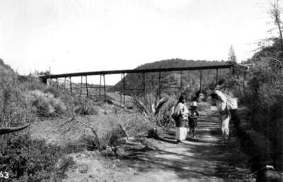Familia indígena debajo del puente de dos ríos en Toluca