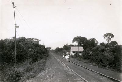 Campesino sobre vía ferroviaria