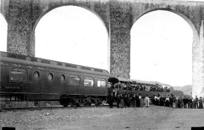 Ferrocarril y pasajeros bajo el acueducto de Querétaro