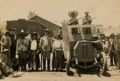 Carrancistas junto a vehículo del regimiento de artillería en la estación central