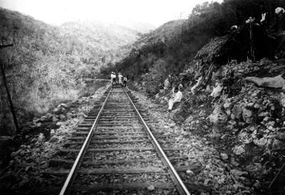 Trabajadores sobre vía férrea, vista parcial