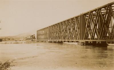 Vista de ferrocarril y puente que atraviesa el Río Grande