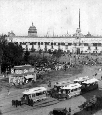 Tranvias jalados por mulas frente a Palacio Nacional