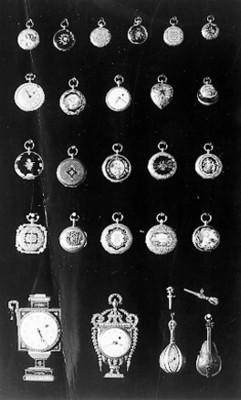 Colección de relojes de bolsillo en exhibición