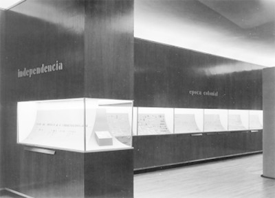 Colección de monedas en vitrinas del Museo Nacional de Historia